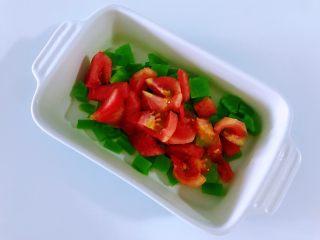 酸甜莴笋,<a style='color:red;display:inline-block;' href='/shicai/ 3551/'>西红柿</a>去皮切成丁,西红柿去皮的方法,西红柿顶部用刀轻轻画一个十字,放入开水中,两分钟后就可以用手撕去皮,或者和我一样直接用刀削去皮也是一样的。