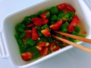 酸甜莴笋,浇在笋丁番茄丁上面,轻轻的用筷子搅拌均匀即可。