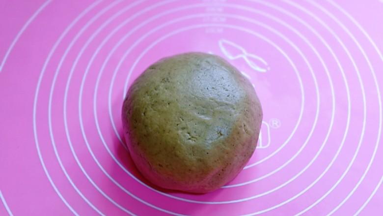 黑芝麻核桃饼干,将面团盖上保鲜膜,松弛10分钟。