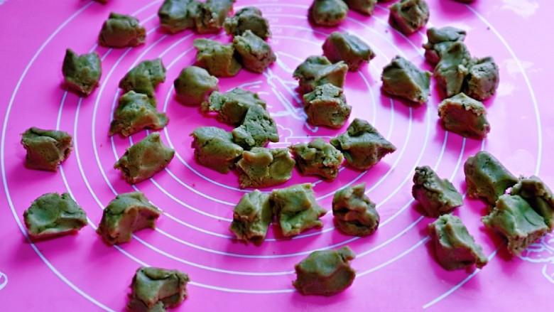 黑芝麻核桃饼干,将面团分成等份的小面团。