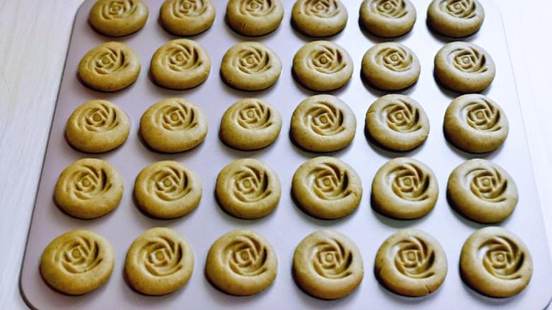 黑芝麻核桃饼干,再用模具压出玫瑰花花纹。(没有模具可以省略)