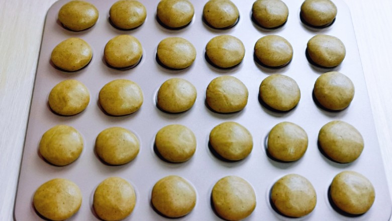 黑芝麻核桃饼干,再揉成圆形,放入不粘烤盘中。