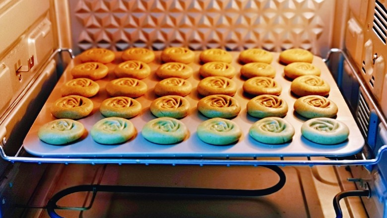 黑芝麻核桃饼干,烤箱预热5分钟,之后将烤盘放入烤箱中层。