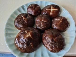 家常韩式部队锅,香菇切十字花,焯水
