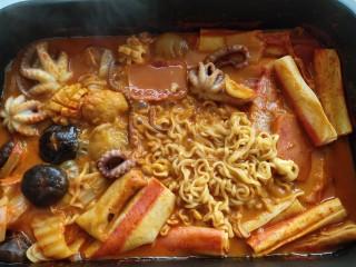 家常韩式部队锅,放入泡面摆上芝士片,芝士融化