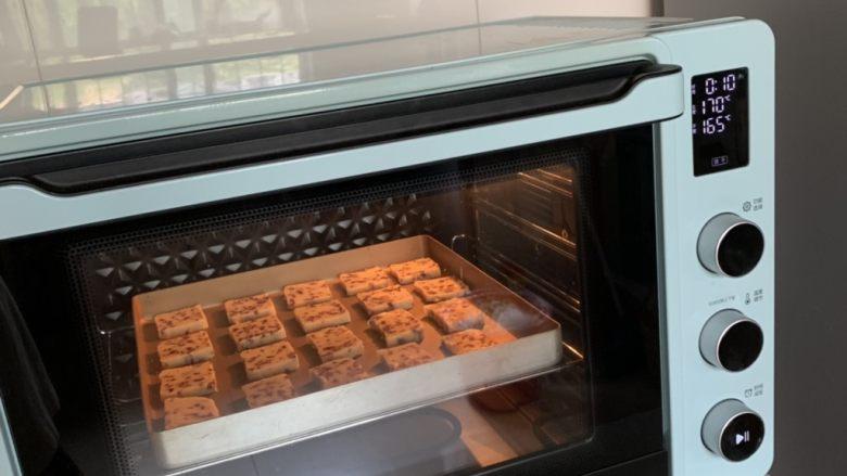 蔓越莓饼干,入预热好的烤箱上下火165度、中层、烤20-25分钟,至表面微微金黄。