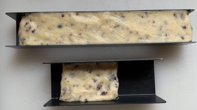 蔓越莓饼干,放入模具中整理好,冰箱冷冻1小时至变硬