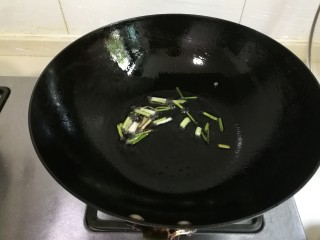 西葫芦香干,热锅凉油放入葱煎出香味