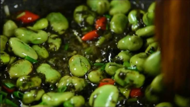 一不留神就错过了吃蚕豆的最佳时节,且吃切珍惜,出锅前撒少许葱花即可。