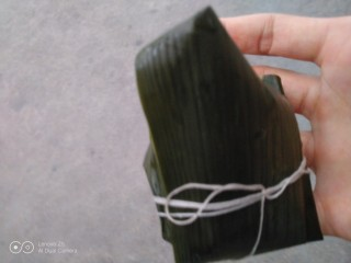 花生、蜜枣、葡萄干粽子,从上往下叠起来,用绳子扎紧。