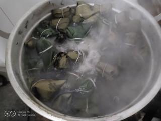 花生、蜜枣、葡萄干粽子,大火煮开转中火煮70分钟。