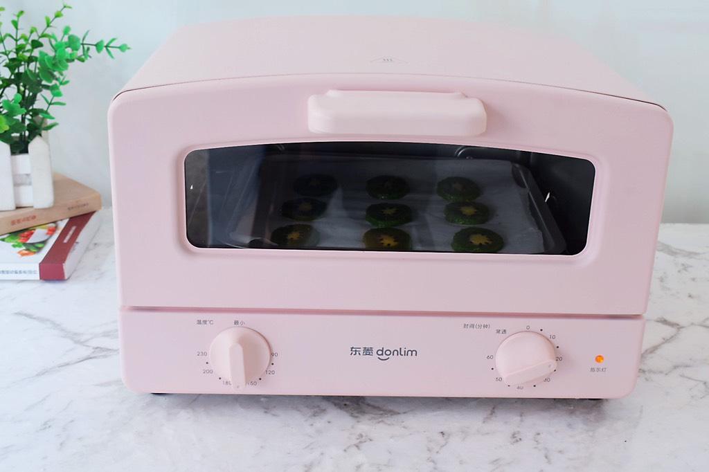 猕猴桃饼干,放入烤箱,上下火160度,烤20分钟左右,烤至定型后盖上锡纸,防止颜色上色过深,烤好取出放在晾网上晾凉后密封保存</p> <p>