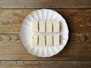 咕咾豆腐,将北豆腐切小条备用(也可在豆腐外面撒一丢丢盐,可使豆腐入味)。