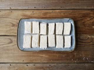 咕咾豆腐,拍好裹炸粉的豆腐条静置几分钟,让裹炸粉完全粘在豆腐的外表。