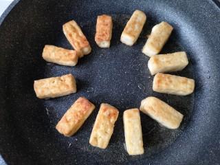 咕咾豆腐,煎至一面金黄后翻面煎另一面。