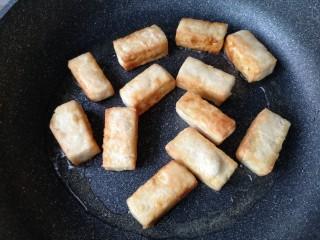 咕咾豆腐,将豆腐的每个面都煎一下至豆腐外面有一层脆壳后盛出备用。