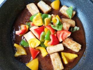 咕咾豆腐,在下入彩椒。