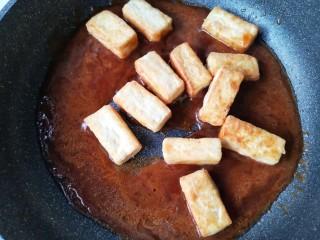 咕咾豆腐,调小火,下入煎好的豆腐。