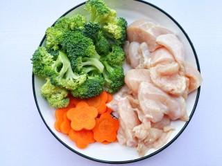 蜜汁香煎鸡胸肉,鸡胸肉切厚片,西兰花切小朵,胡萝卜切小花形状备用。