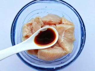 蜜汁香煎鸡胸肉,鸡胸肉中放入一勺生抽。