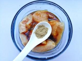蜜汁香煎鸡胸肉,半勺胡椒粉。