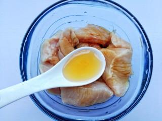 蜜汁香煎鸡胸肉,一勺蜂蜜。