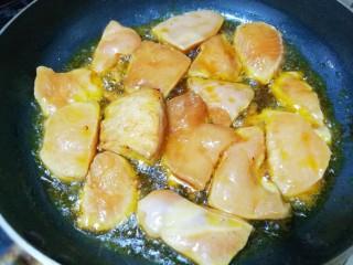 蜜汁香煎鸡胸肉,煎至两面金黄即可。