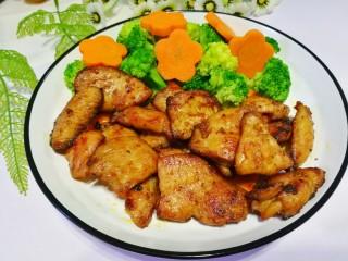 蜜汁香煎鸡胸肉,盛盘。