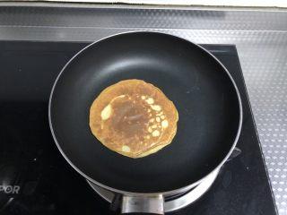 香蕉蛋饼,超小火再煎1分钟左右即可