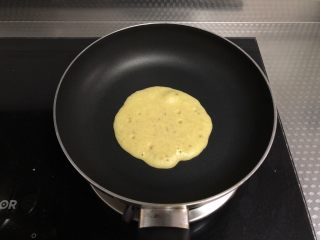 香蕉蛋饼,底面凝固,表面出现炸裂的小气泡时翻面