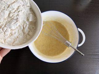 香蕉蛋饼,少量多次加入面粉