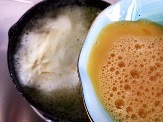 虫草花黄瓜鸡蛋汤,加入鸡蛋液