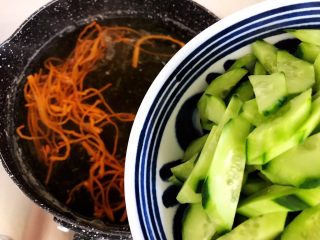 虫草花黄瓜鸡蛋汤,五分钟后加入黄瓜