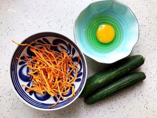 虫草花黄瓜鸡蛋汤,首先我们准备好所有食材