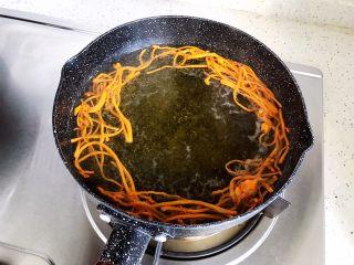 虫草花黄瓜鸡蛋汤,中大火煮五分钟