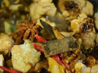 快手下饭菜,简单好吃,淋入料酒、酱油,加入盐、冰糖、八角、桂皮、干辣椒炒匀。