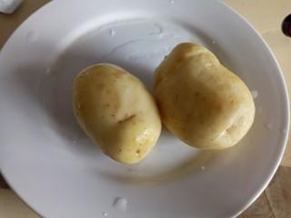 香辣孜然土豆丁,土豆洗净去皮