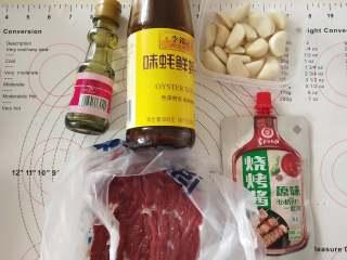 蒜头烤牛肉,1、材料备齐,蒜头薄皮备用。