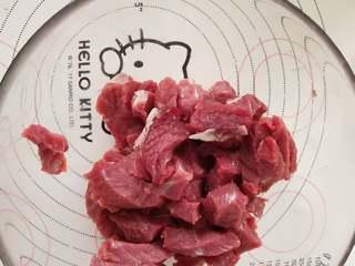 蒜头烤牛肉,2、牛肉切成短条。