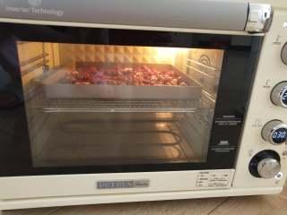 蒜头烤牛肉,6、柏翠5400烤箱中层200度,烤20-25分钟,熟透即可。
