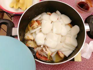 年糕蟹煲,注入开水。