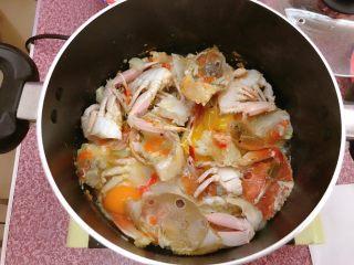 年糕蟹煲,打入鸡蛋。