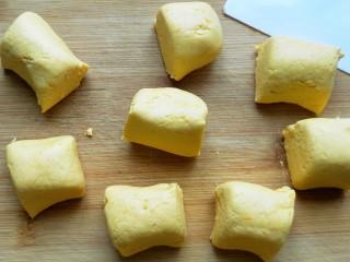 南瓜饼,分成大小均等的剂子。