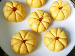 南瓜饼,用枸杞做蒂把,放锅中蒸10分钟。