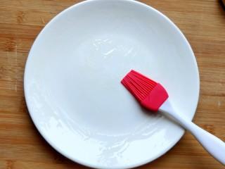 南瓜饼,盘子上刷油。