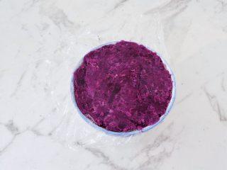 酸奶紫薯泥,碗鋪上保鮮膜,這樣方便后面脫模,再把紫薯泥放入碗中,用勺子壓實