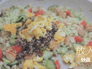 一周7天不重样的藜麦吃法「厨娘物语」,倒入10ml生抽、5g蚝油,炒至全熟后出锅装盘,撒上葱花,