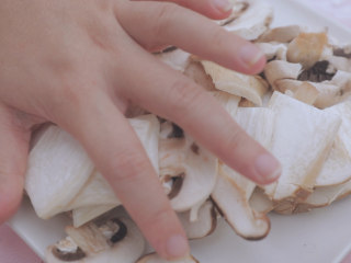 一周7天不重样的藜麦吃法「厨娘物语」,[藜麦森林小炒] 将杏鲍菇、口蘑、香菇切片,荷兰豆去筋备用。