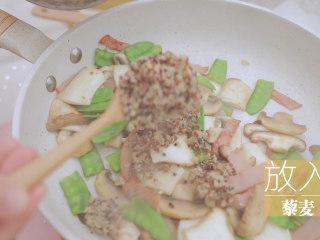 一周7天不重样的藜麦吃法「厨娘物语」,起锅倒油,锅内倒入蒜末、小米椒炒香,放入火腿、蔬菜,炒出汁水后放入藜麦。