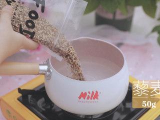 一周7天不重样的藜麦吃法「厨娘物语」,[金枪鱼藜麦饭团] 我们先来煮藜麦,将50g藜麦放入1L清水中大火煮开,加入5ml橄榄油,小火煮15分钟煮至膨胀。